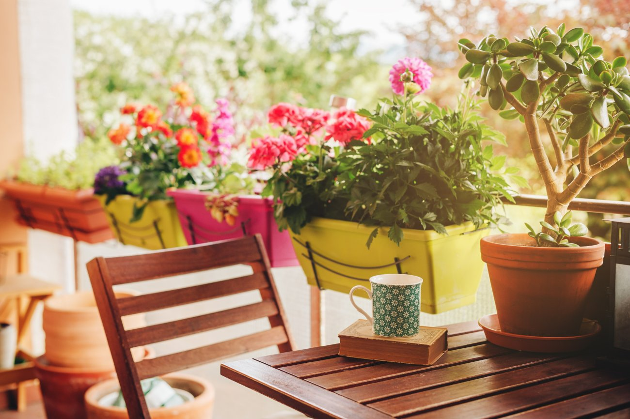 Piękny widok z okna, czyli wiosenne aranżacje balkonów i tarasów