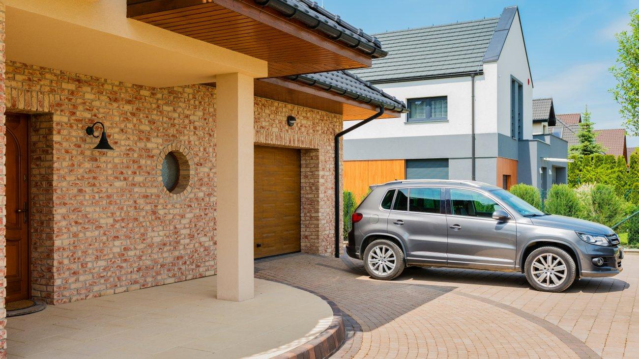 Budowa garażu w bryle domu — o czym warto pamiętać?