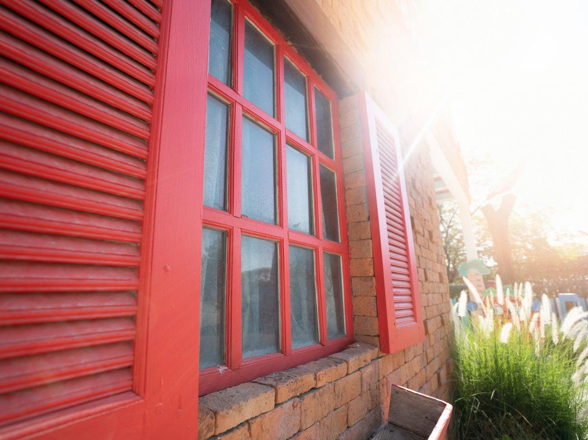 Okna w kolorze elewacji czy kontrastujące